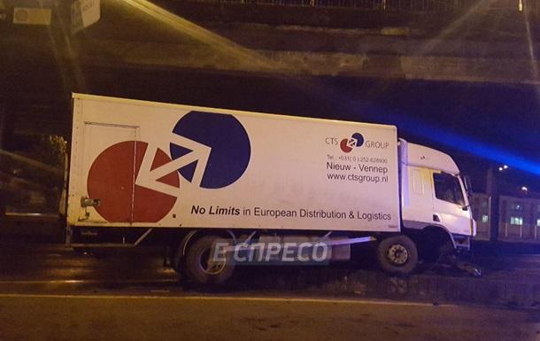 В Киеве пьяный водитель на грузовике протаранил опору путепровода