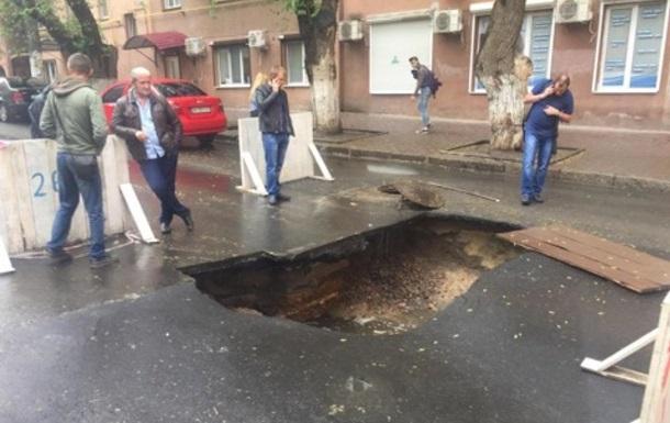 В Одессе посреди дороги образовалась огромная яма