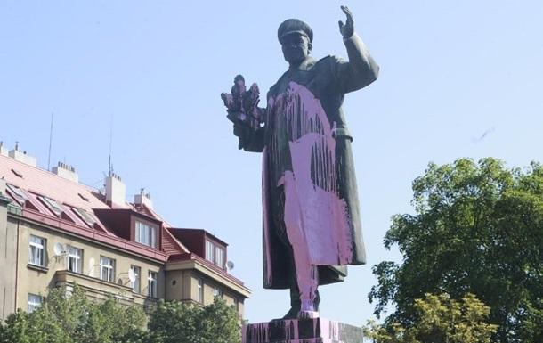 У Празі облили фарбою пам ятник радянському маршалу