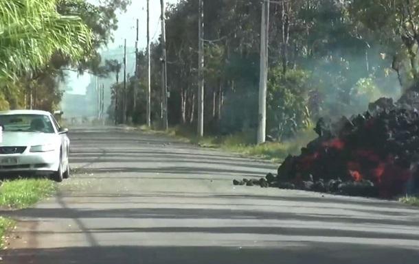 На Гавайях сняли видео, как лава поглощает авто