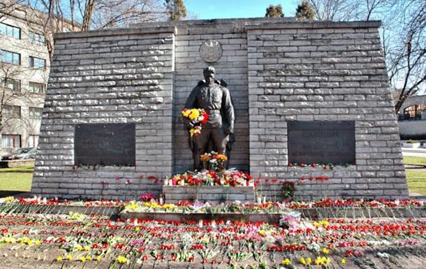 В Таллине к памятнику воину принесли горы цветов