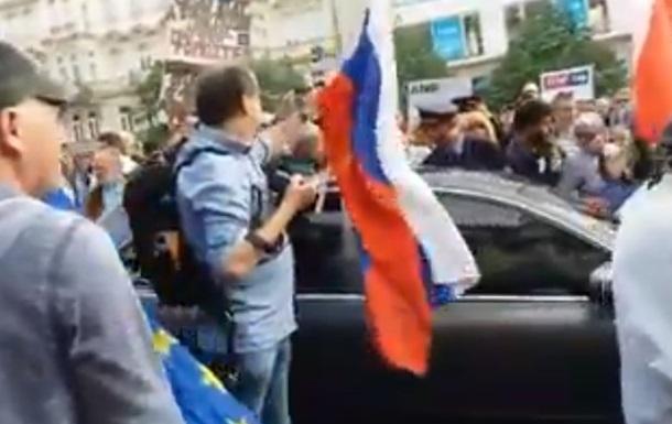 Автомобили с флагами РФ разозлили жителей Праги