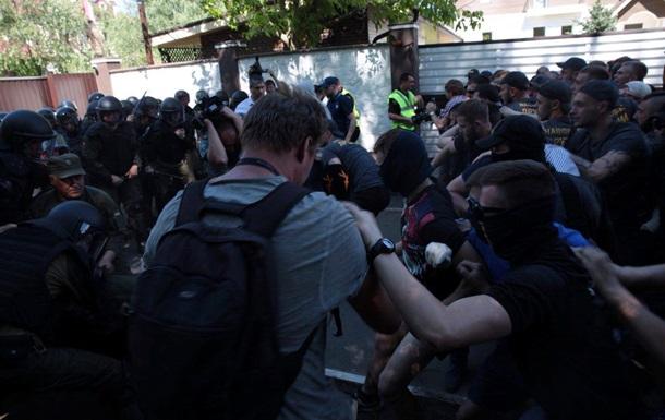 У дома Левочкина произошли столкновения Нацкорпуса с полицией