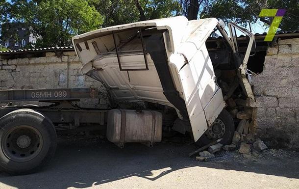 В Одесі вантажівка врізалася в забудову