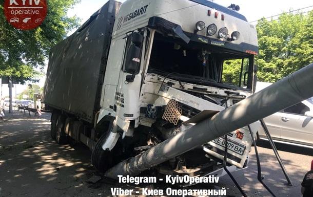 В Киеве грузовик снес столб и вылетел на тротуар