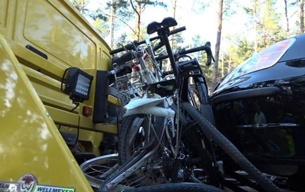 У Німеччині літній водій врізався в велосипедистів