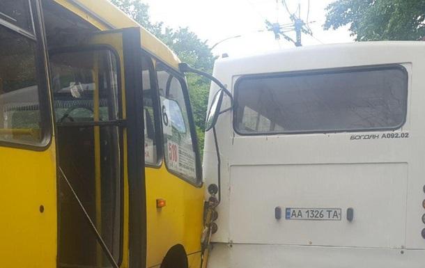 В Киеве столкнулись две маршрутки, есть пострадавший