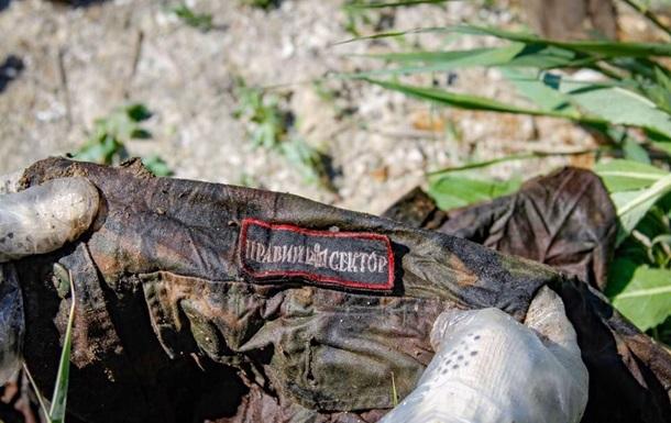 Волонтери знайшли мішки з речами загиблих в Іловайському котлі