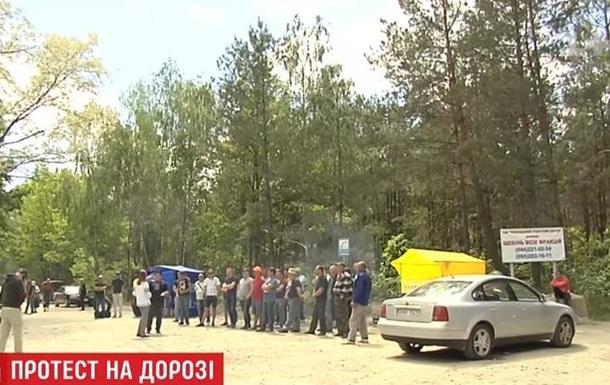Жителі Київської області перекрили дорогу біля гранітного кар єру