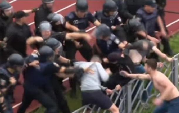 У Черкасах ультрас побилися з поліцією