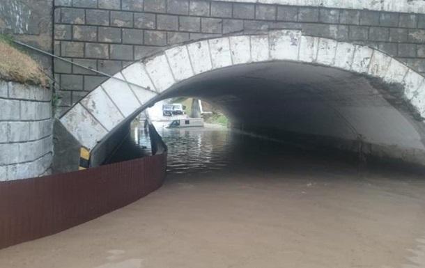У Росії інкасатори ледь не потонули в затопленому дощем авто