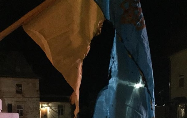 На Львівщині спалили два прапори України