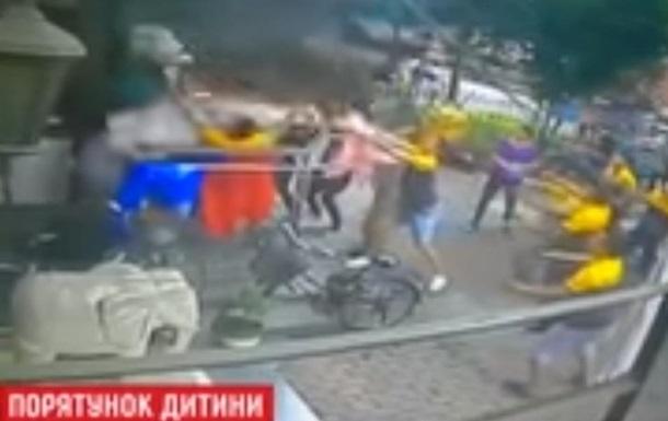 В Китае поймали ребенка, упавшего с шестого этажа