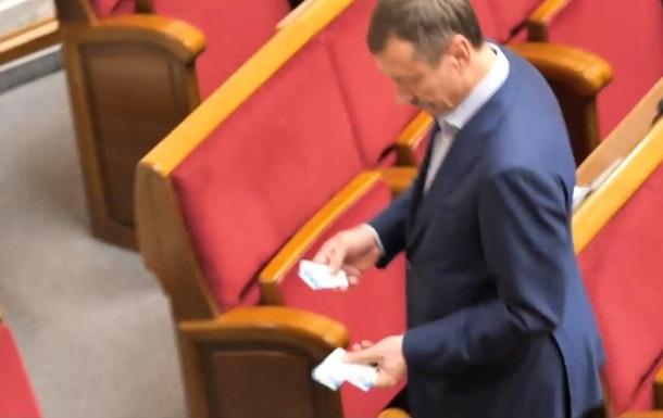 Нардепа помітили в Раді з десятьма картками колег