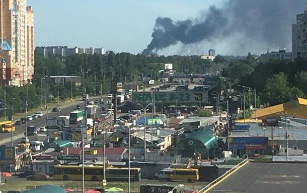В Вишневом под Киевом крупный пожар, горит склад