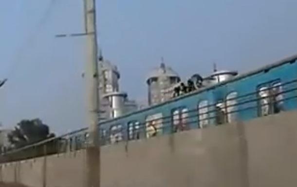 В Киеве подростки бегали по крыше поезда метро