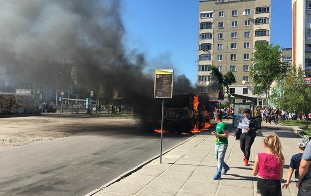 У Львові повністю згоріла маршрутка