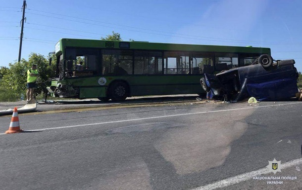 Під Харковом авто зіткнулося з автобусом