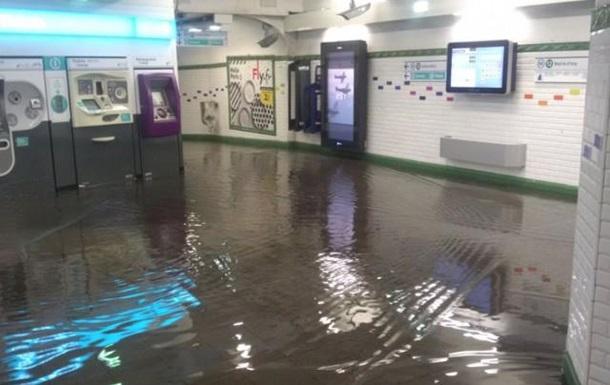 Злива затопила вулиці і метро в Парижі