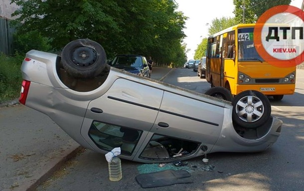У Києві внаслідок ДТП перекинулося авто