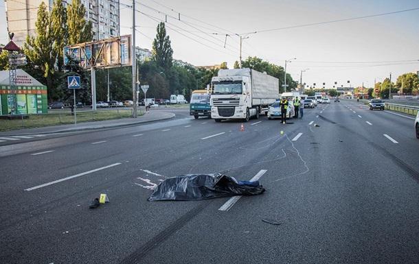 В Киеве пешеход погиб, пытаясь перебежать 10-полосную дорогу
