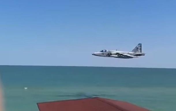 Штурмовик ВСУ пролетел над пляжем в Кирилловке