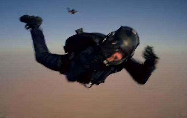 Экстремальные прыжки Тома Круза с парашютом: видео