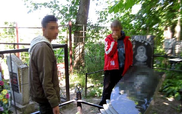В Харькове подростки разрушили семь надгробий на кладбище