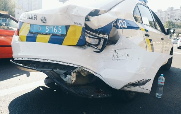 В Киеве иностранец на джипе разбил полицейское авто