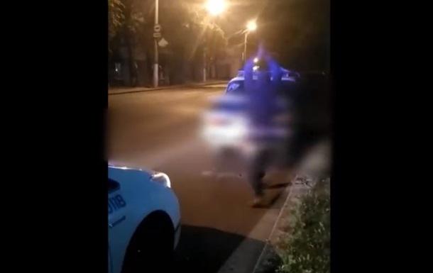 В Одессе пьяный водитель разбил топором свое авто