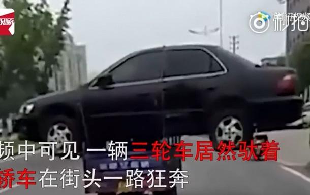 Мережу здивував китаєць, що тяг авто на мотоциклі