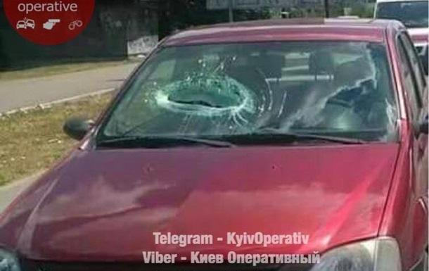 В Киеве упавший с моста кусок бетона травмировал пассажира авто