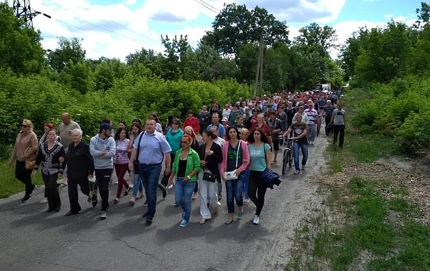 На Харківщині люди перекрили трасу і пішли пікетувати поліцію