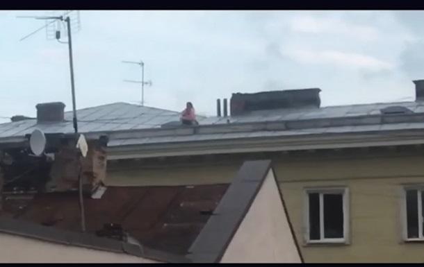 Во Львове пара занялась сексом на крыше дома