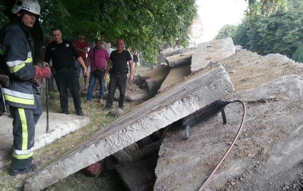 У Кам янець-Подільському на перехожого впала бетонна плита
