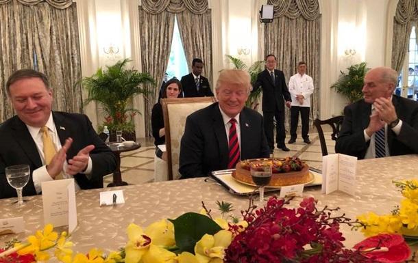 Трампа заранее поздравили с днем рождения и подарили торт в Сингапуре