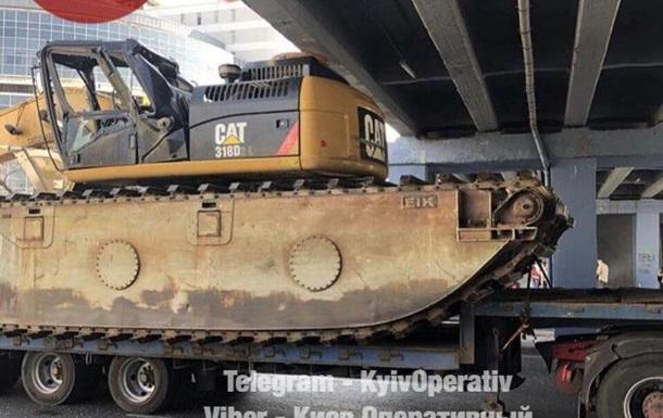 В Киеве под мостом застрял тягач с экскаватором