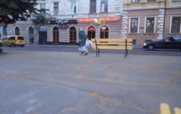 В центре Черновцов старушка украла скамейку
