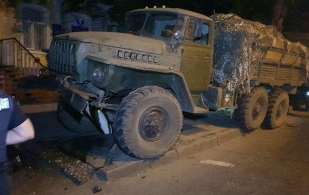 У Миколаєві військова вантажівка знесла світлофор