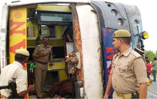 В Индии перевернулся автобус с пассажирами 17 человек погибли
