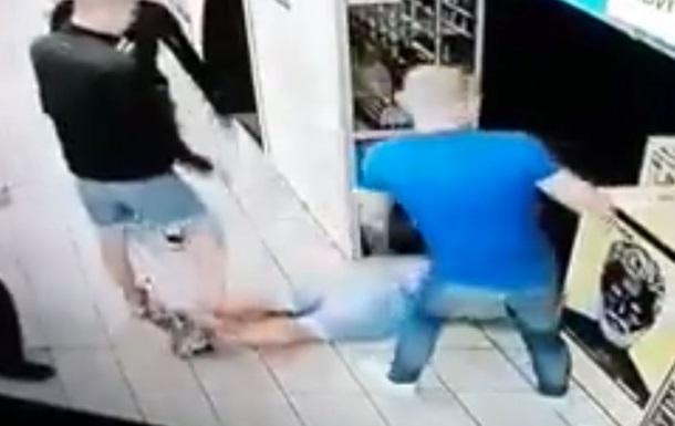 В супермаркете Киева парня избили на глазах охраны