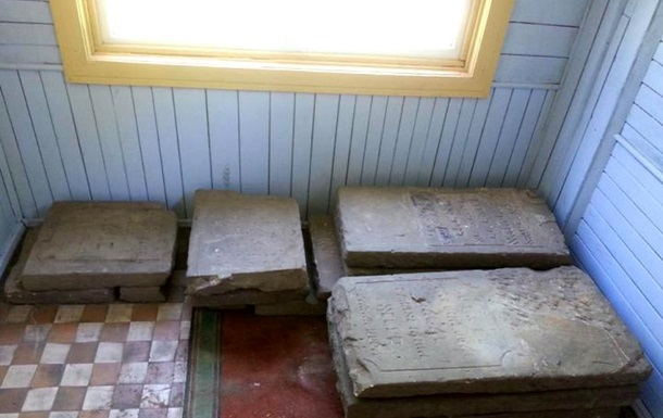 На Волині в будівельному смітті знайшли єврейські надгробки