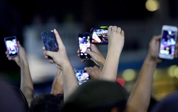 Західні спецслужби рекомендують футбольним фанатам не брати до РФ гаджети