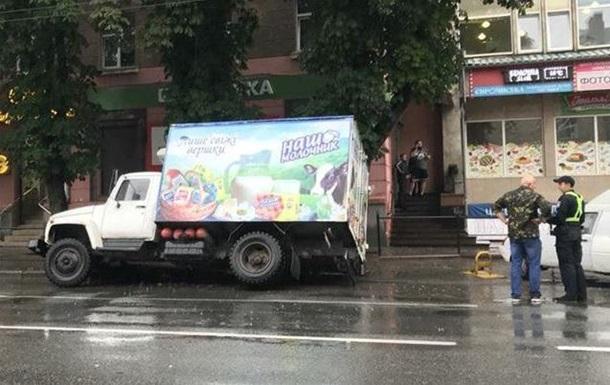 У Тернополі вантажівка провалилася в каналізаційний стік