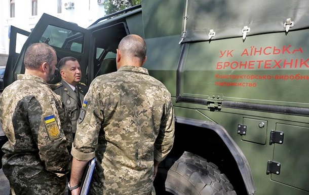 Полторак осмотрел новое военное авто Новатор