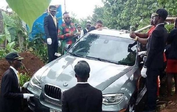 Сын похоронил отца в роскошном BMW, который не успел подарить