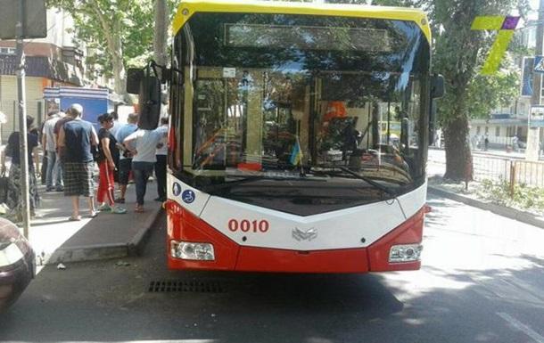 В Одесі жінка випала з тролейбуса