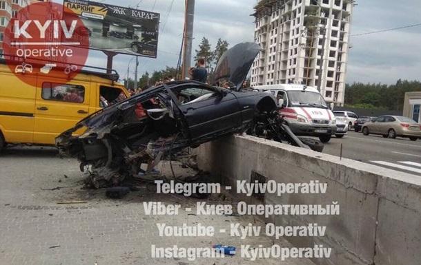 Под Киевом BMW снес остановку и разбил несколько машин