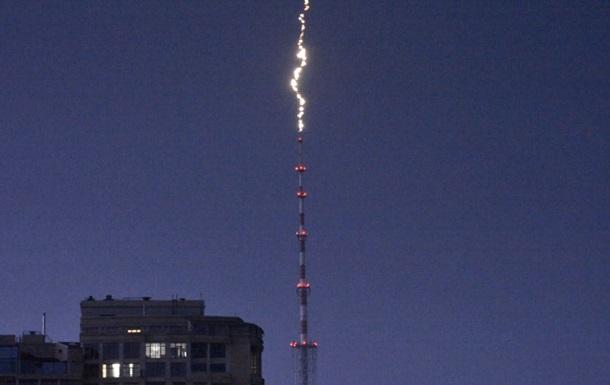 З явилося відео удару блискавки в київську телевежу