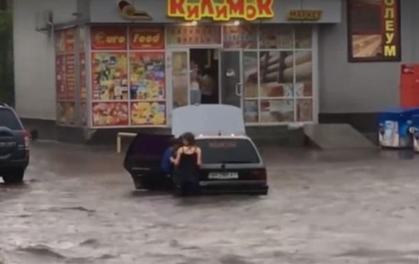 Ливень превратил улицы Бердичева в реки